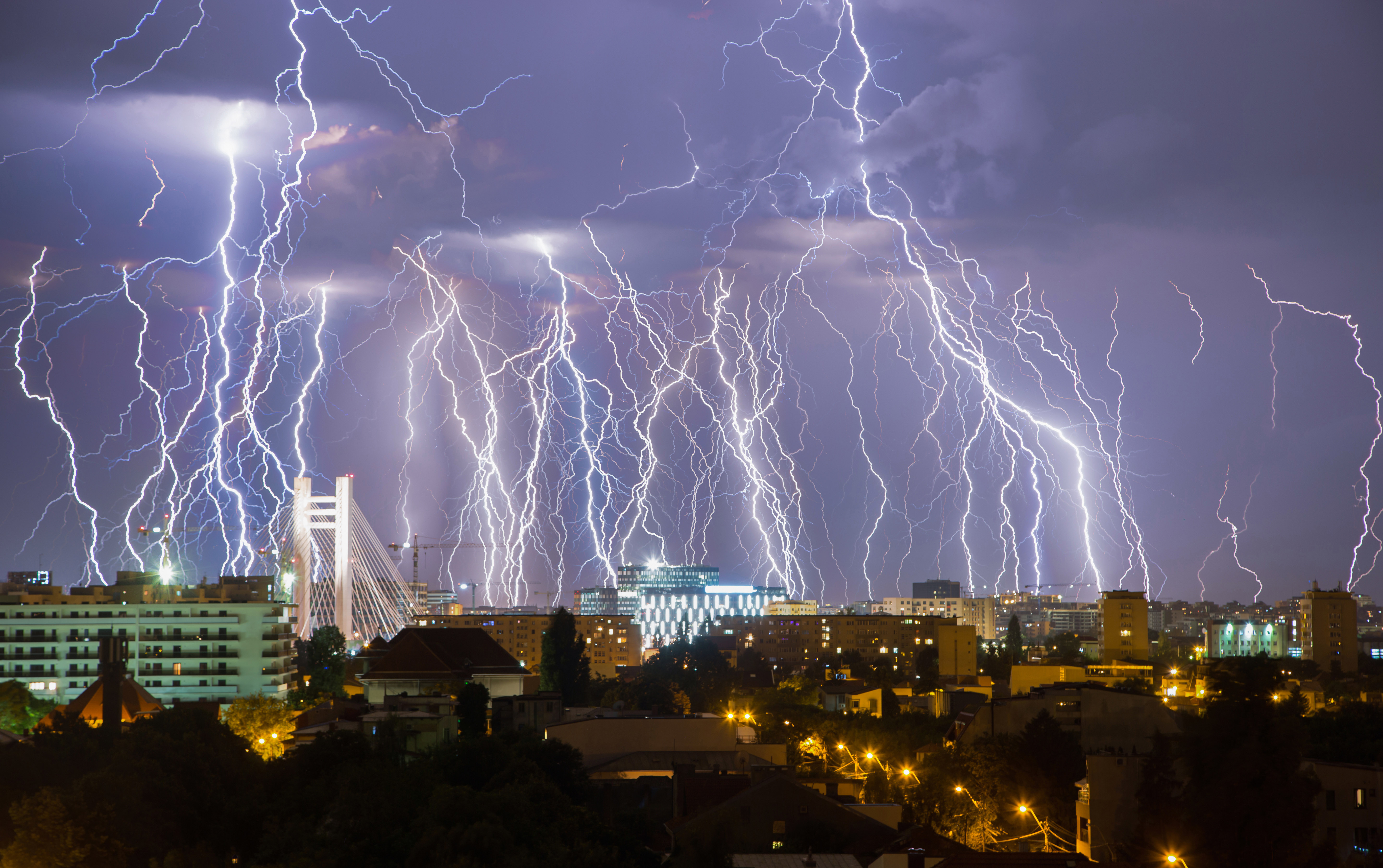 Stunning photograph shows entire lighting storm in single image storytrender