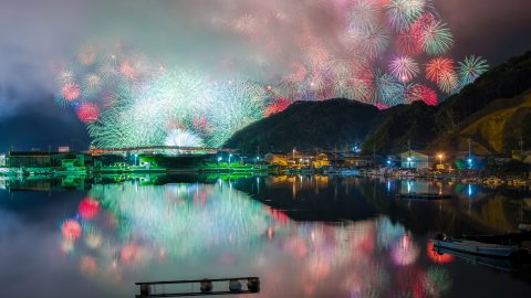 Photographer diligently travels across Japan snapping countrys most incredible firework displays Image