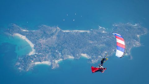 Amazing photos show sky diver 'surfing' wingsuit rider Image