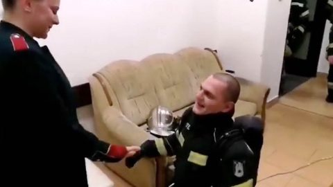 Firefighter gets unexpected proposal after blindfolded exercise Image