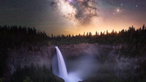 Nighttime photographer takes dreamy skyscapes to the next level by combining numerous beautiful aspects of nature Image