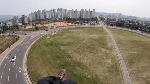 Incredible moment paraglider accidentally lands in roundabout Image