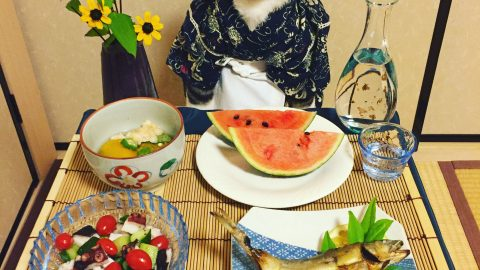 Cat-su curry! Adorable kitty munches on tasty Japanese food Image