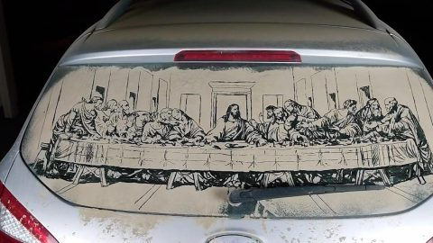 THE DUST SUPPER: UNIQUE ARTIST DRAWS INTRICATE REPLICA OF THE LAST SUPPER IN DUST COLLECTED ON HIS CAR WINDSHIELD Image
