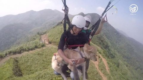 ADORABLE MOMENT DOG AND MAN HAVE FIRST PARAGLIDING EXPERIENCE TOGETHER Image