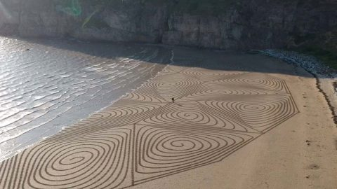 STUNNING SAND ART CAPTURED FROM THE AIR ON THE SHORES OF UK Image