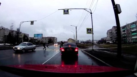 DASHCAM CAPTURES HEART-POUNDING MOMENT A PARENT AND THEIR SMALL CHILD NARROWLY ESCAPE ONCOMING HIGH-SPEED CAR Image