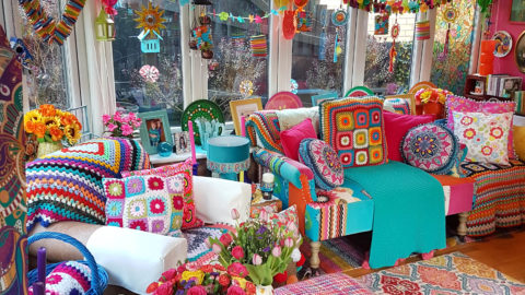 DRAB NEW BUILD TRANSFORMED INTO BEAUTIFUL MULTI-COLOURED UPCYCLED HOME Image