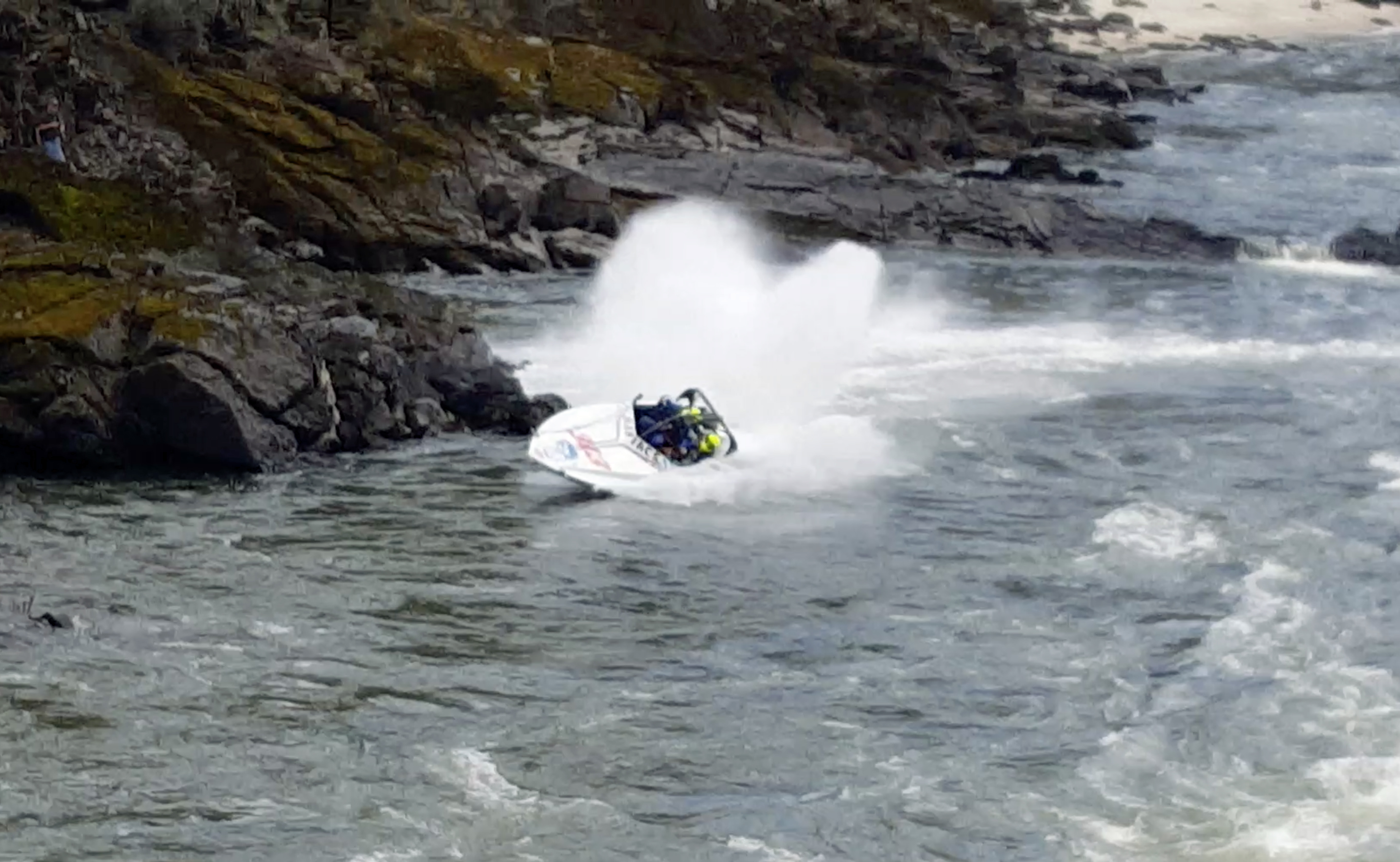 Terrifying moment speed boat crashes into rocks and flips ...
