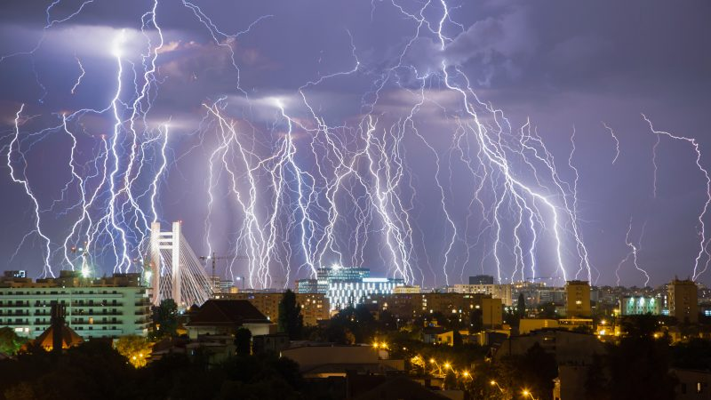 Stunning photograph shows entire lighting storm in single image Image