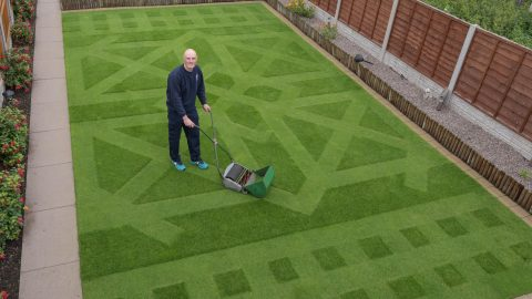 Lawns of glory! Garden wizard spends 273 hours mowing amazing geometric pattern into front lawn Image