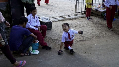 Specially-abled Indonesian boy, 8, walks three kilometres on his hands to reach school Image