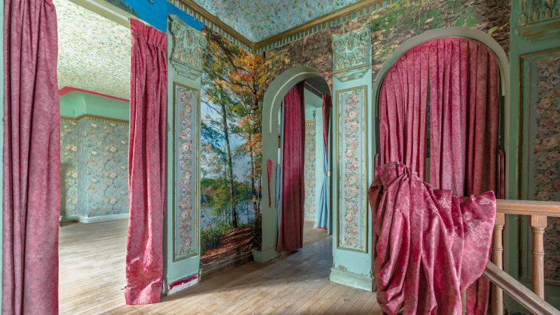(Former) Lifestyles Of The Rich And The Famous - Photographer Explores Fascinating Abandoned Mansions Image