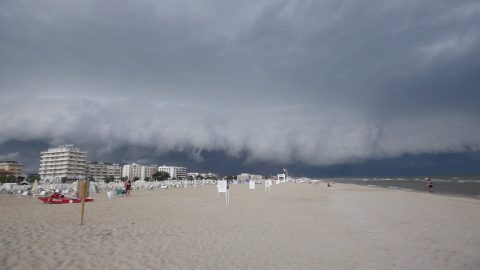 TERRIFYING MOMENT HUGE SHELF CLOUD INCHES OVER BEACH Image
