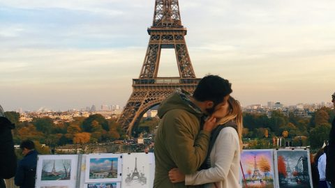 WOMAN ASKS RANDOM MAN TO KISS HER IN FRONT OF FAMOUS LANDMARKS – SO SHE HAS ROMANTIC PICTURES OF HER TRAVELS Image