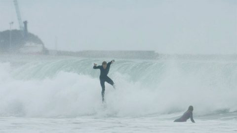 SURFER NARROWLY ESCAPES FURTHER INJURY AFTER EPIC WIPEOUT Image