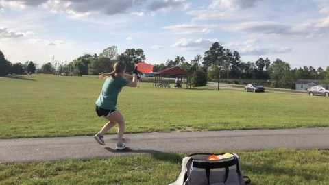 IT AIN'T EASY TO FRISBEE! WOMAN SHOWCASES SOME INCREDIBLE FRISBEE TRICK SHOTS Image