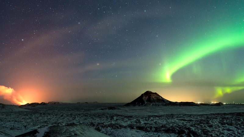 PHOTOGRAPHER CAPTURES AMAZING SNAPSHOT OF VOLCANIC ERUPTION AND NORTHERN LIGHTS HAPPENING AT SAME TIME Image